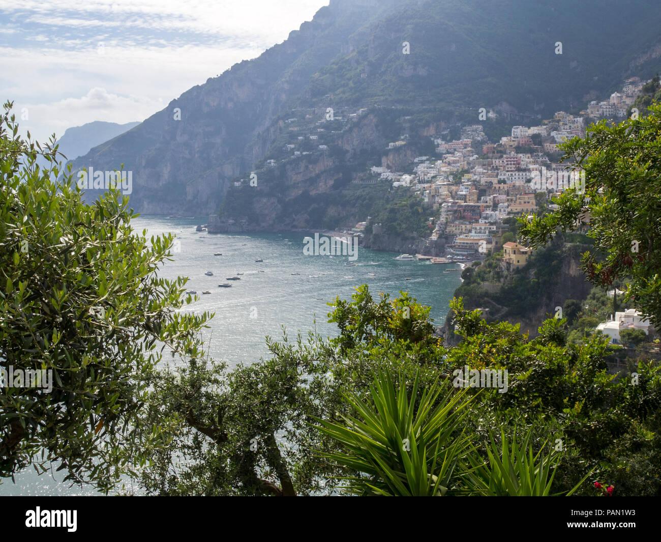 Das Dorf von Positano als von dem Pfad der Götter auf die Küste von Amalfi, Italien gesehen. Stockfoto