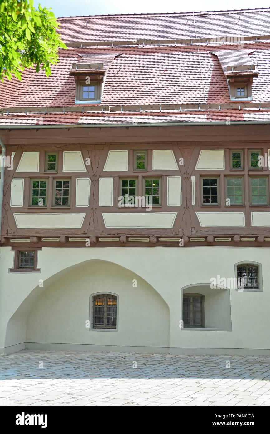 Deutsche Fachwerkhaus Gebäude in der mittelalterlichen Stadt mit Steinplatte Straßen auf der Schwäbischen Alb Region Stockbild