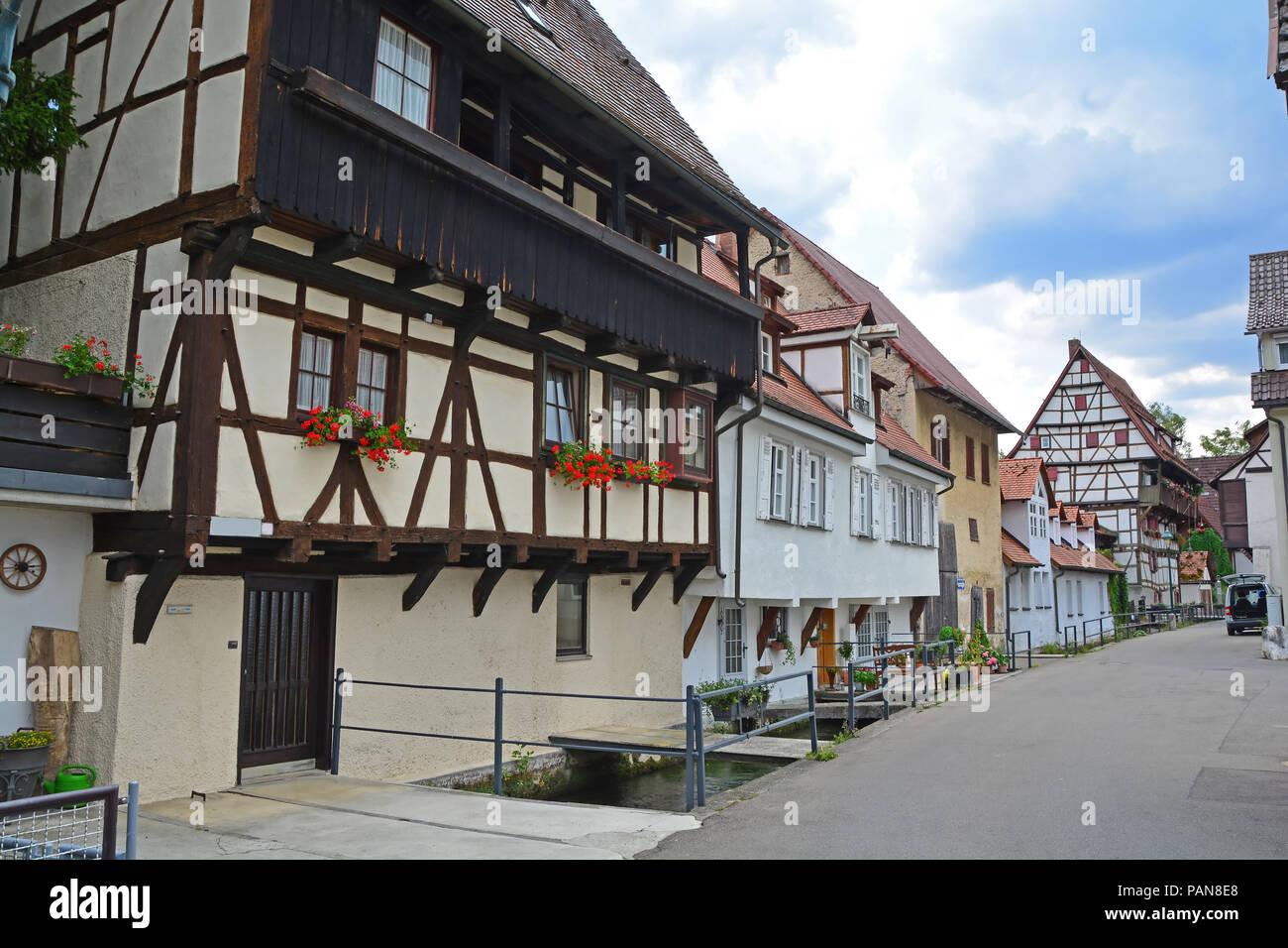 Deutsche Fachwerkhaus Gebäude in der mittelalterlichen Stadt neben kleinen Kanal in die Schwäbische Alb Region Stockbild