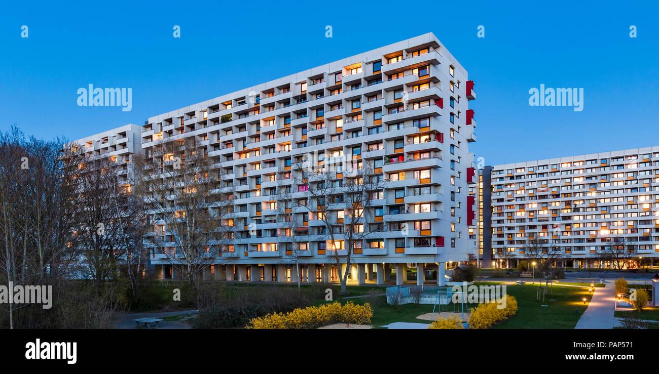 Deutschland, Stuttgart, Stadtteil Hallschlag, high-rise Bezirk an der blauen Stunde Stockbild