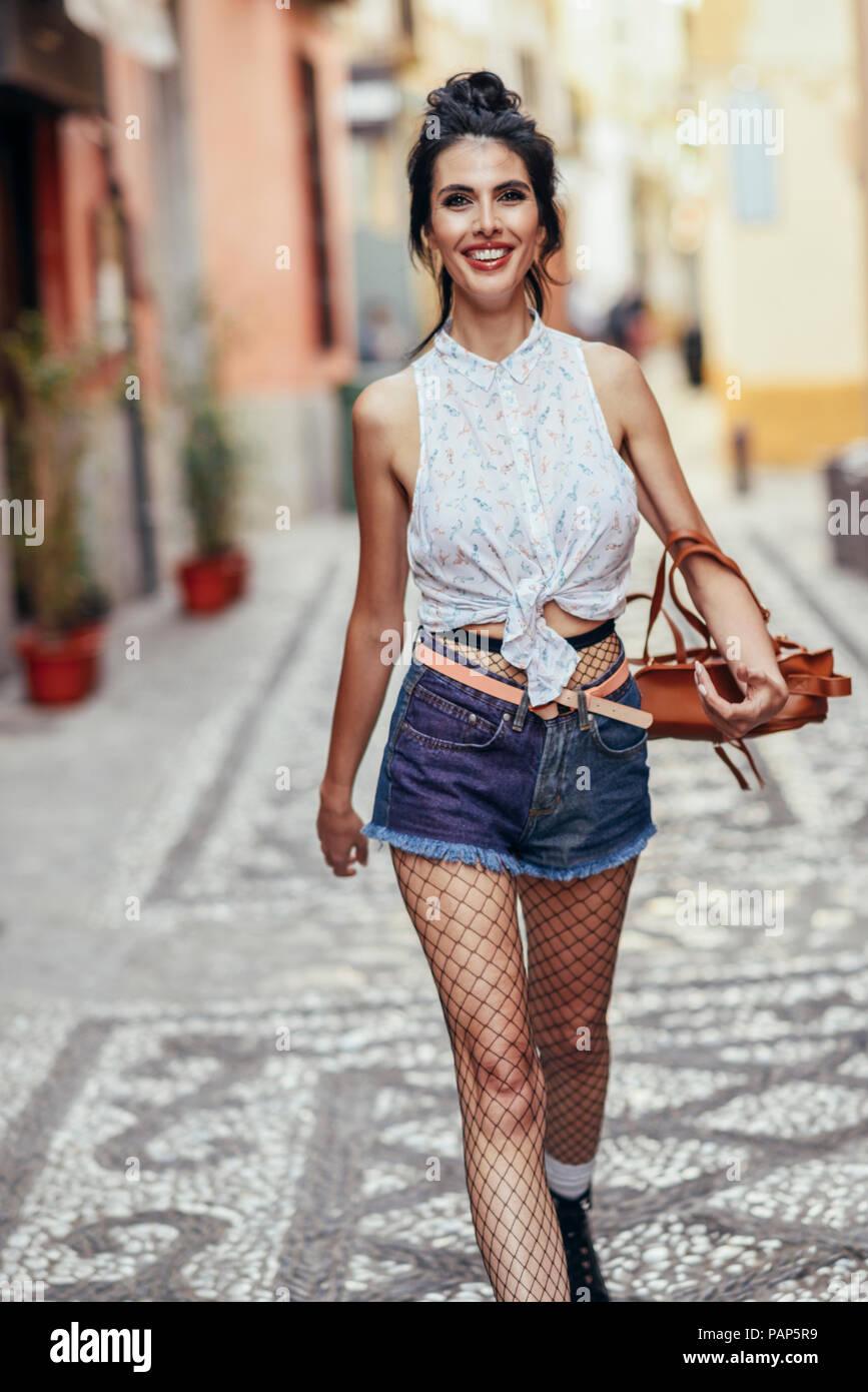 Portrait von modischen Frau zu Fuß in der Stadt Stockbild