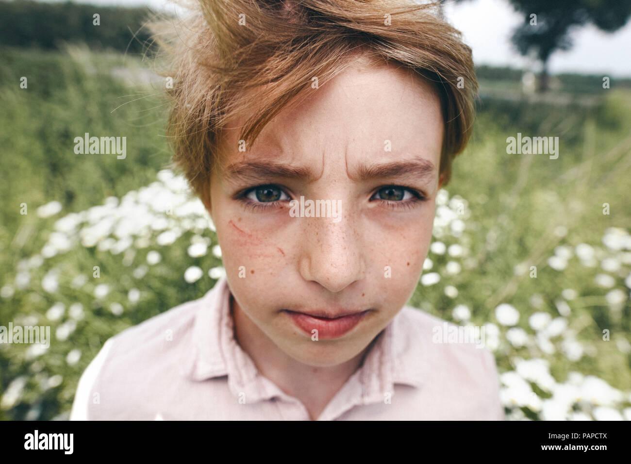 Portrait von genervt Junge in der Natur Stockfoto