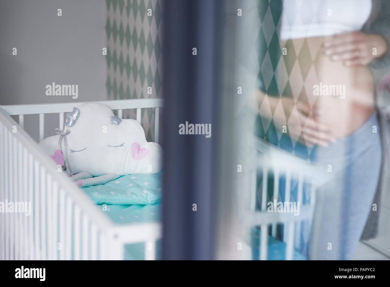 bild gespiegelt schranktür harrod's katalog schwangere frau babybett im hintergrund gespiegelt stockbild mirrored wardrobes stockfotos bilder alamy