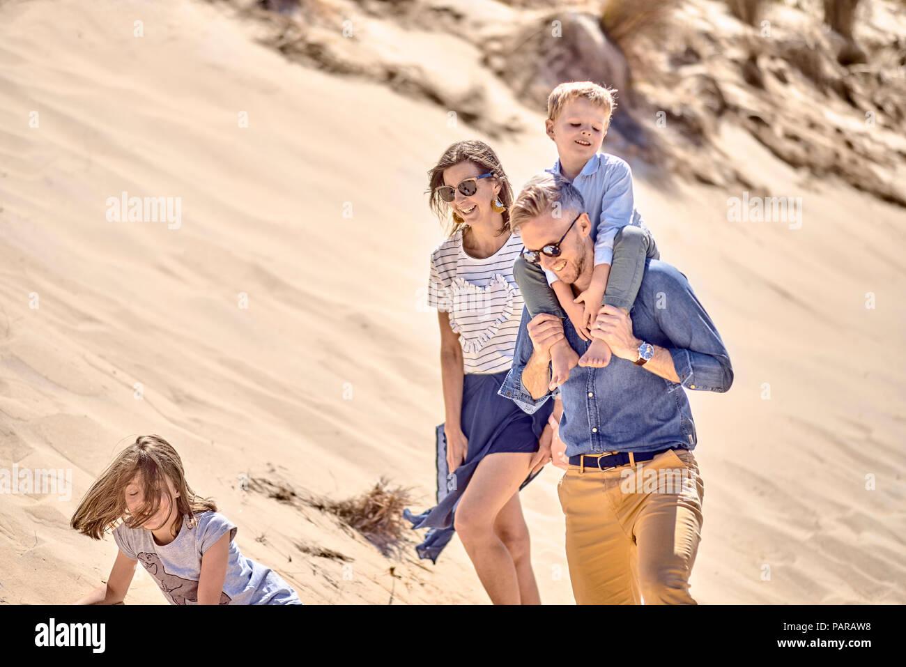 Glückliche Familie zu Fuß auf den Strand zusammen Stockbild