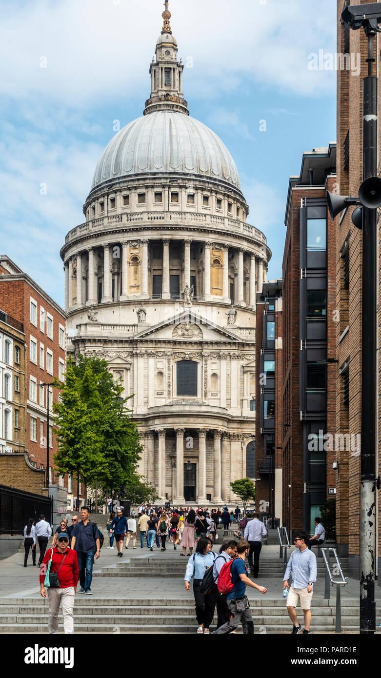 Touristen und Einheimische in Peter's Hill, mit Stufen, die in der St Paul's Cathedral (cristopher Wren, eröffnet 1711) mit seinem Wahrzeichen Dom. London. Stockbild