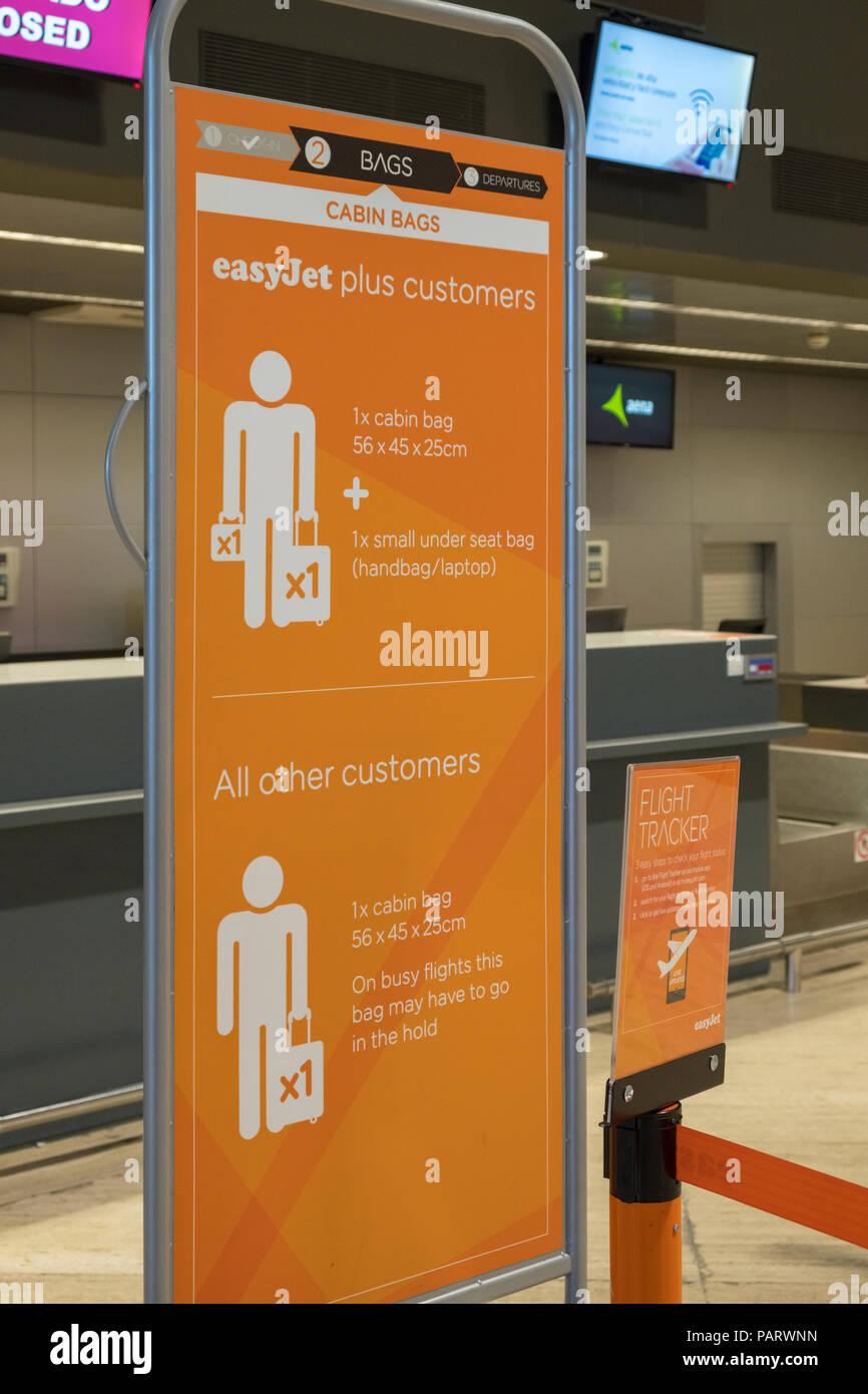 EasyJet Gepäck sizing size Zeichen an einem Flughafen, England, Großbritannien Stockbild