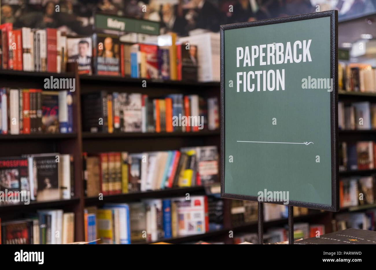Taschenbuch Belletristik Bücher in einem Buchladen, Großbritannien Stockbild