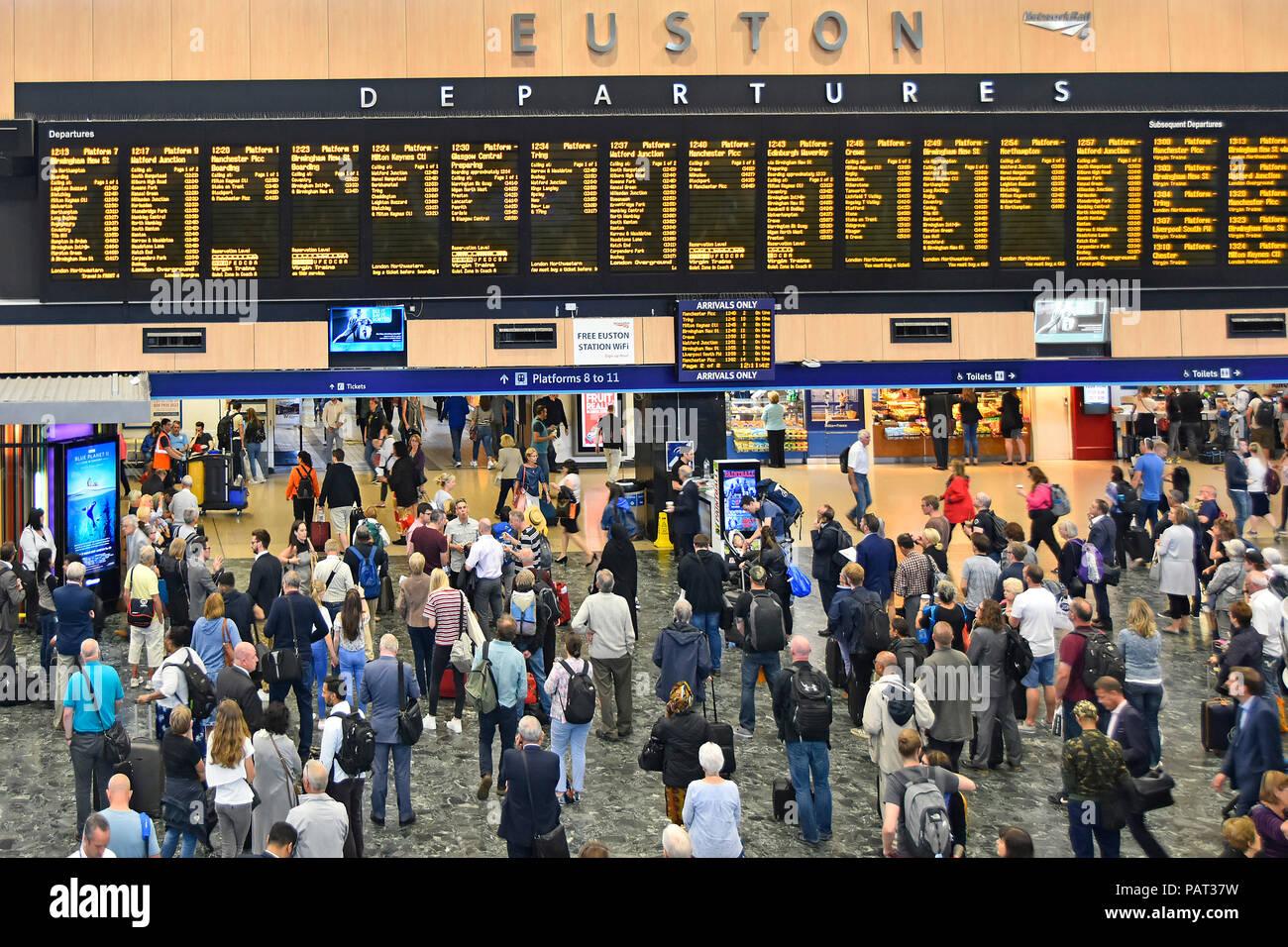 Blick von Oben nach Unten im Innenraum der Euston Hauptbahnhof Bahnhofshalle mit Passagieren anzeigen Zugabfahrten Reiseinformationen London UK Stockbild