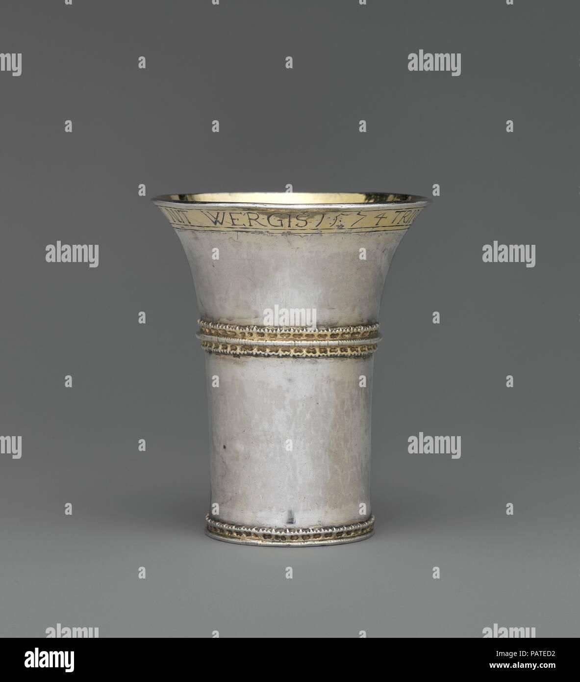 Becher. Kultur: Ungarisch, Nagyszeben. Abmessungen: Insgesamt: 3 3/4 x 3 1/8 in. (9,5 x 8 cm). Schöpfer: zugeschrieben, Valentin (Felten) Dengel (Master 1550, aktive 1550-70). Datum: 1574. Die salgo Sammlung enthält zwei Beispiele für eine extrem seltene becherglas mit einem anmutigen Art, die ihre Wurzeln in der ungarischen Gotik. Die meisten solchen Bechergläser wurden eingeschmolzen, aber ein paar waren Teil der Horden in turbulenten Zeiten verborgen und nur im neunzehnten und zwanzigsten Jahrhundert erholt. Alle diese Becher haben eine einfache trompetenförmigen Form mit einer angewandten vergoldet und durchbohrt Gürtel über der Mitte se Stockbild