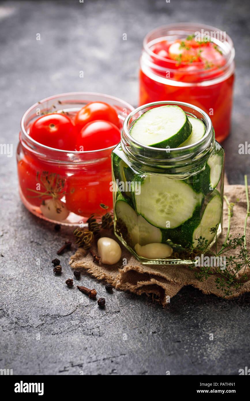 Sortiment von eingelegtem Gemüse in Gläsern Stockfoto