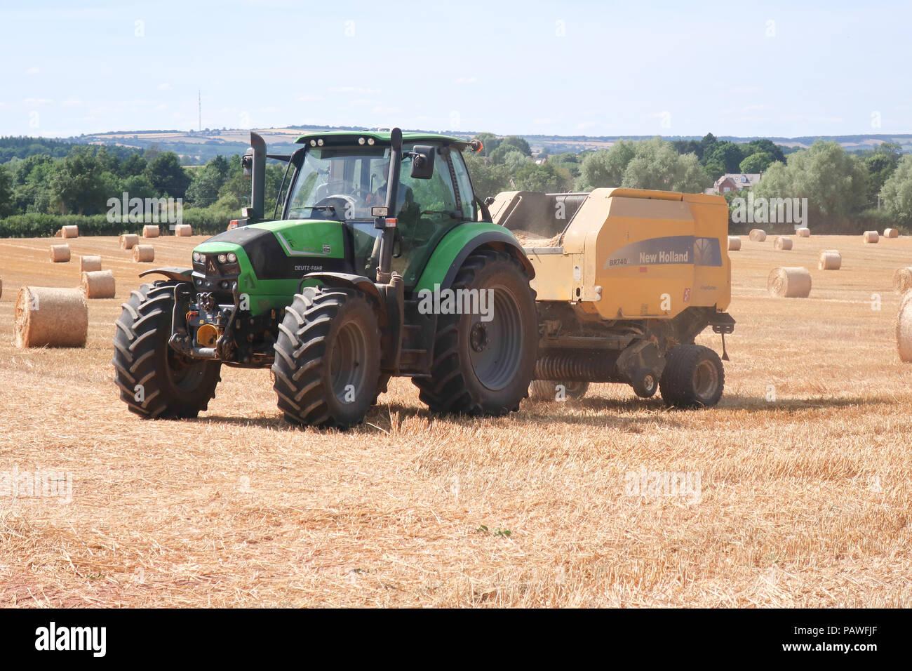 Newent Glos, Großbritannien. 25. Juli 2018. Die Landwirte erhalten einen frühen Start über die Ernte, aber Erträge voraussichtlich niedriger als normal wegen der Dürre. Die Qualität sollte gut sein, aber die geringere Ausbeute wird zu höheren Weizenpreise und teuerer Brot führen. Quelle: Dr. Ian B Oldham/Alamy leben Nachrichten Stockbild