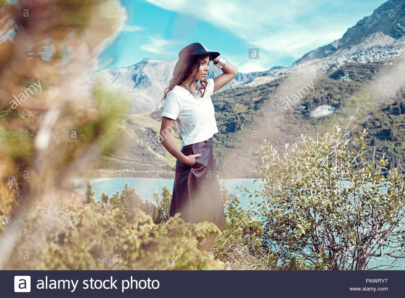 Eine Frau in Freizeitkleidung auf ein Feld an einem sonnigen Tag posing Stockbild