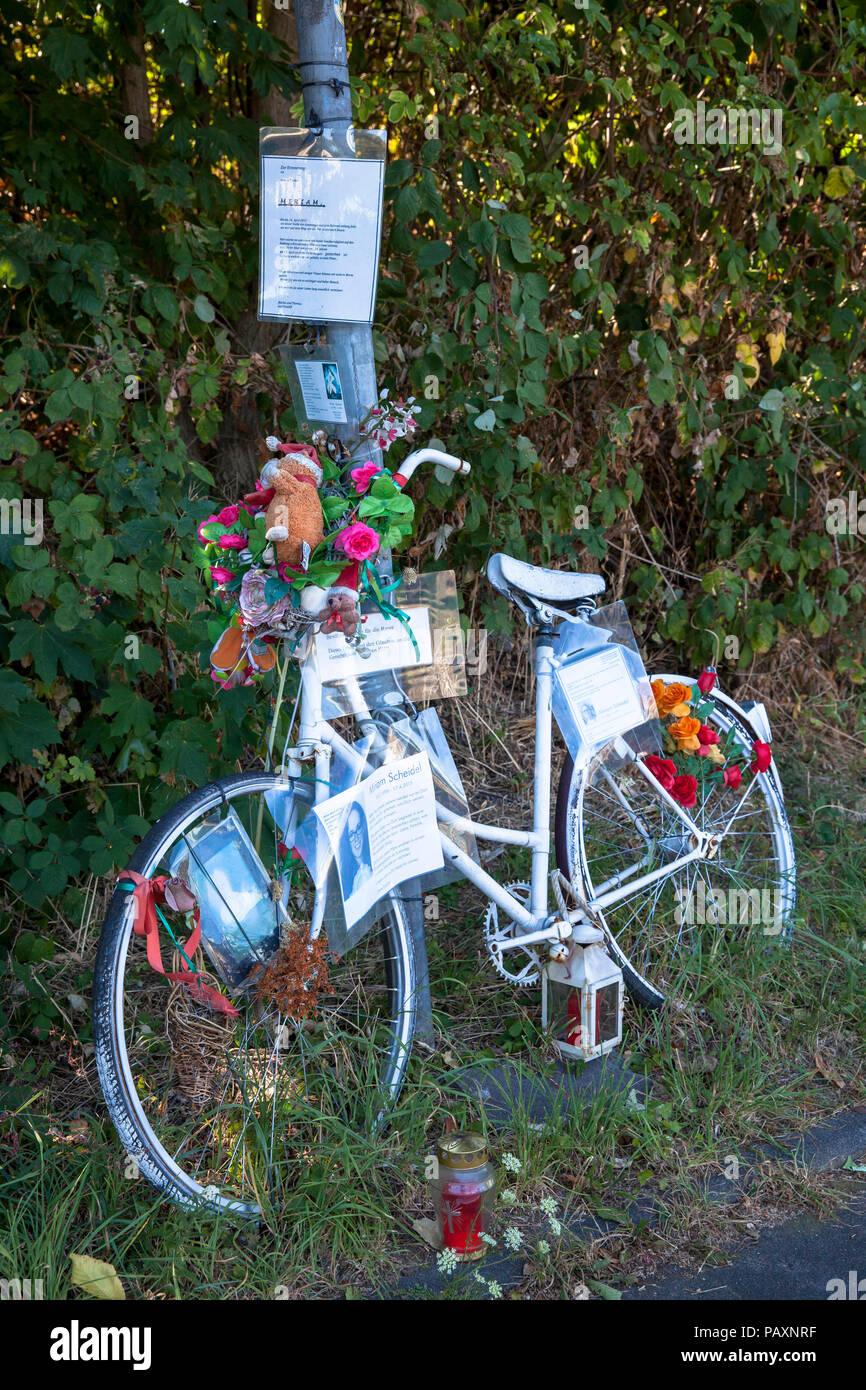 Ghost bike, weiß geschmückt Fahrrad erinnert an ein Radfahrer, der einen tödlichen Unfall an dieser Stelle hatte, Straße Auenweg, Bezirk Mülheim an der Ruhr, Köln, Deutschland. Stockbild