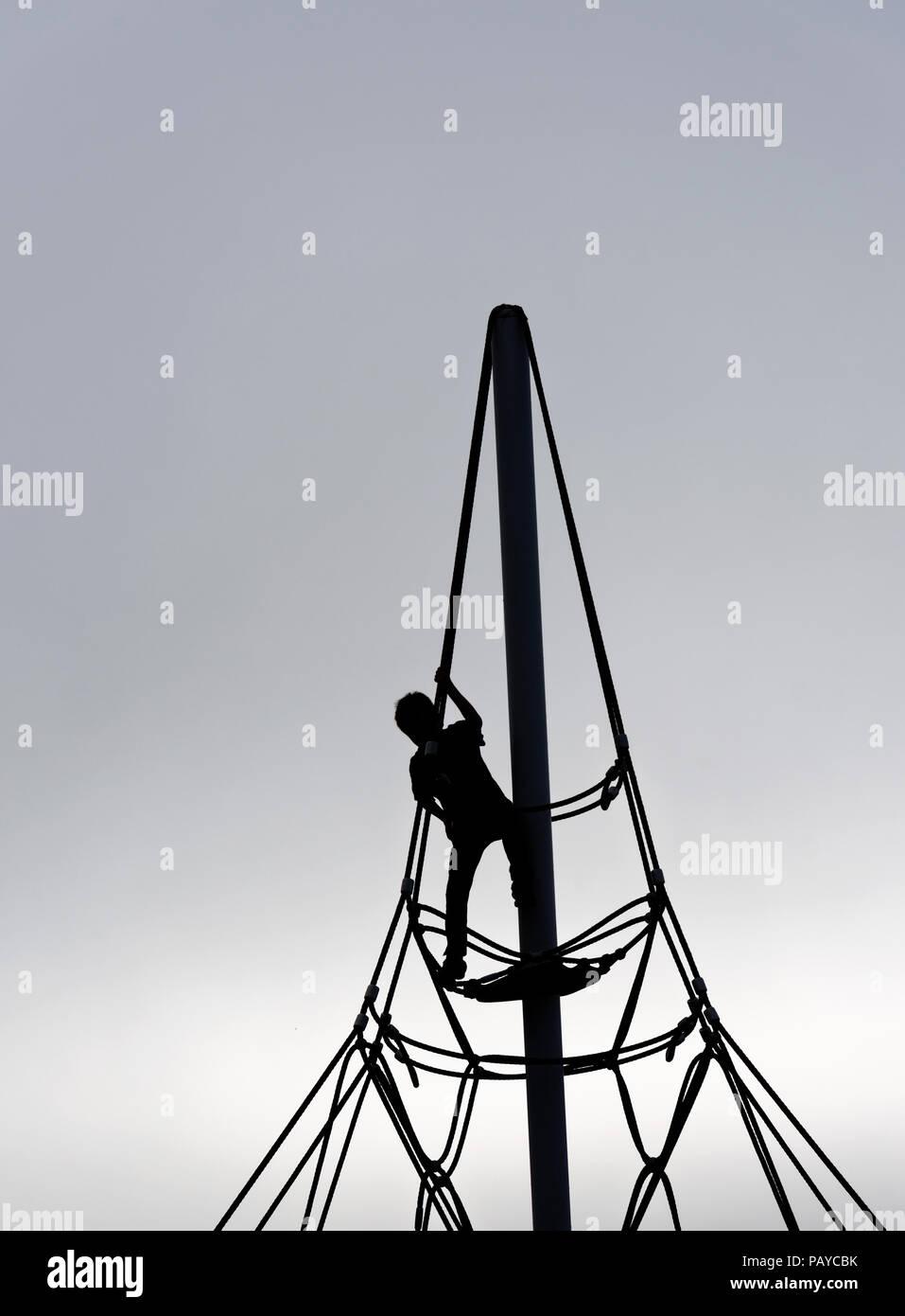Die Silhouette eines kleinen Jungen (6 Jahre alt) auf einem Seil ...