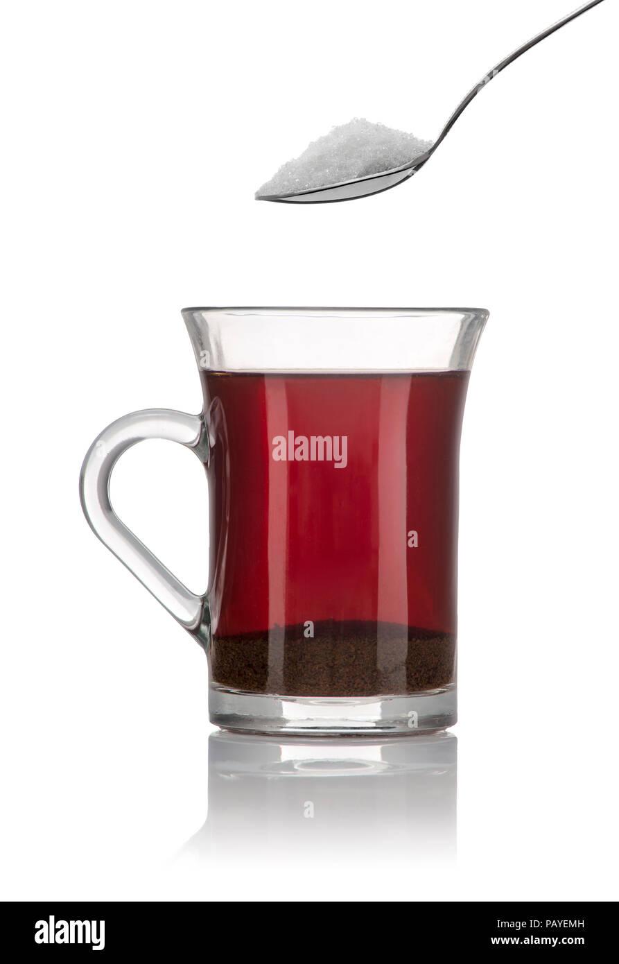 Eine Tasse Tee und ein Frühstück Sppon Zucker isoliert auf weißem Hintergrund Stockbild