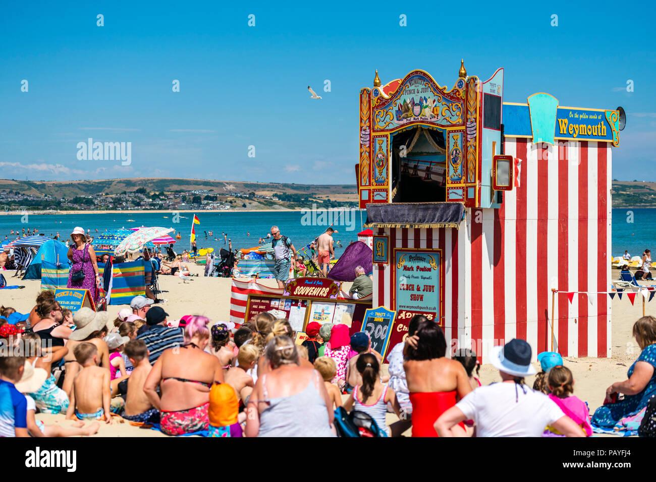 Kasperletheater am Strand von Weymouth, Dorset, Großbritannien. Stockfoto