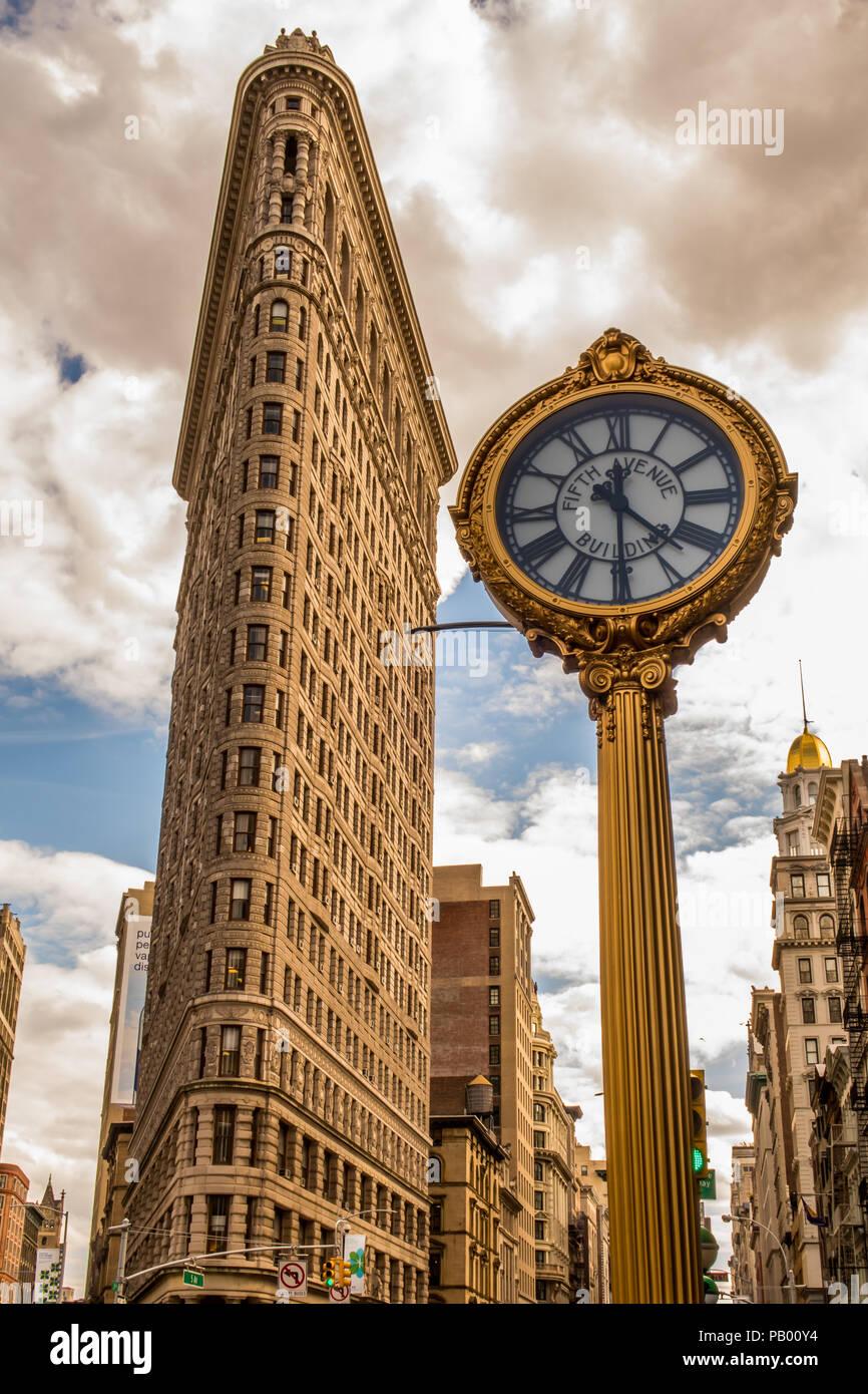 Die goldene Uhr und das Flat Iron Building, New York City, USA Stockbild