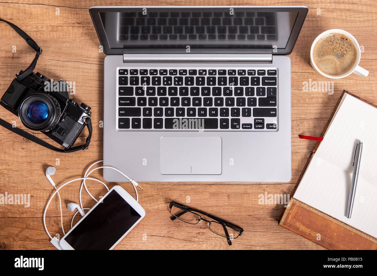 Modernen Laptop Und Zubehor Auf Der Arbeitsplatte Stockfoto Bild
