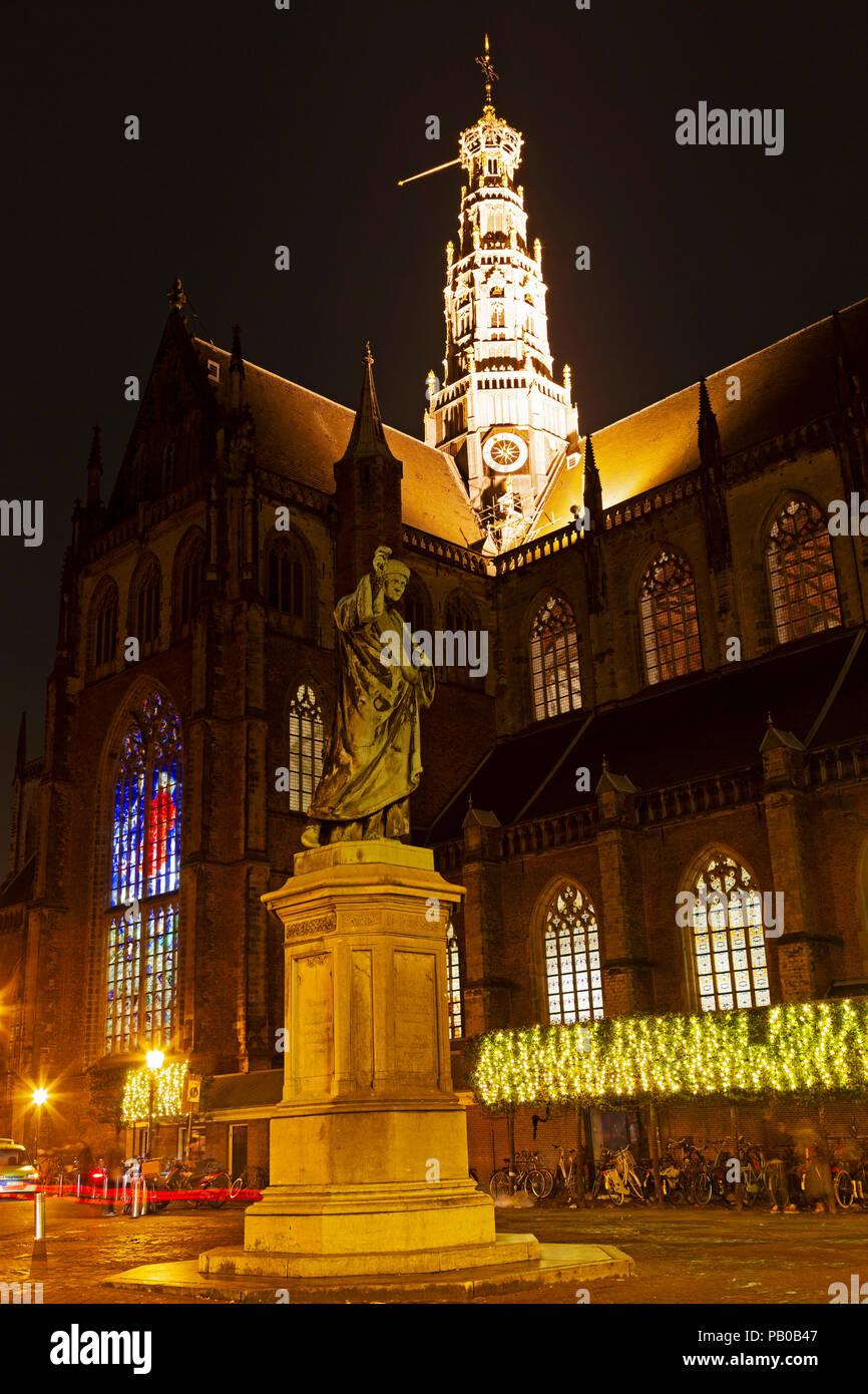 Laurens Janszoon Coster Statue in Haarlem in den Niederlanden. Das Denkmal für die Drucker steht auf dem Grote Markt. Stockbild