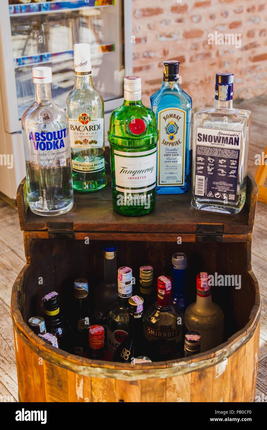 Kathmandu, Nepal - Dez 16,2017: Verschiedene Marken von Alkohol ...