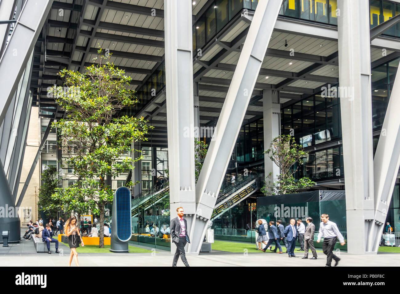 Männer und Frauen mit und wandern vorbei an den öffentlichen Raum Atrium am Fuße des Leadenhall Building in London, England, Großbritannien Stockbild