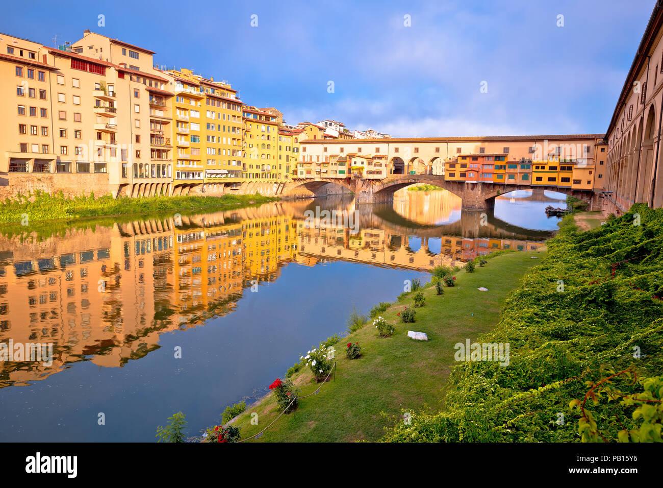 Die Brücke Ponte Vecchio und den Arno Fluss Wasserfront von Florenz, Region Toskana Italien Stockbild