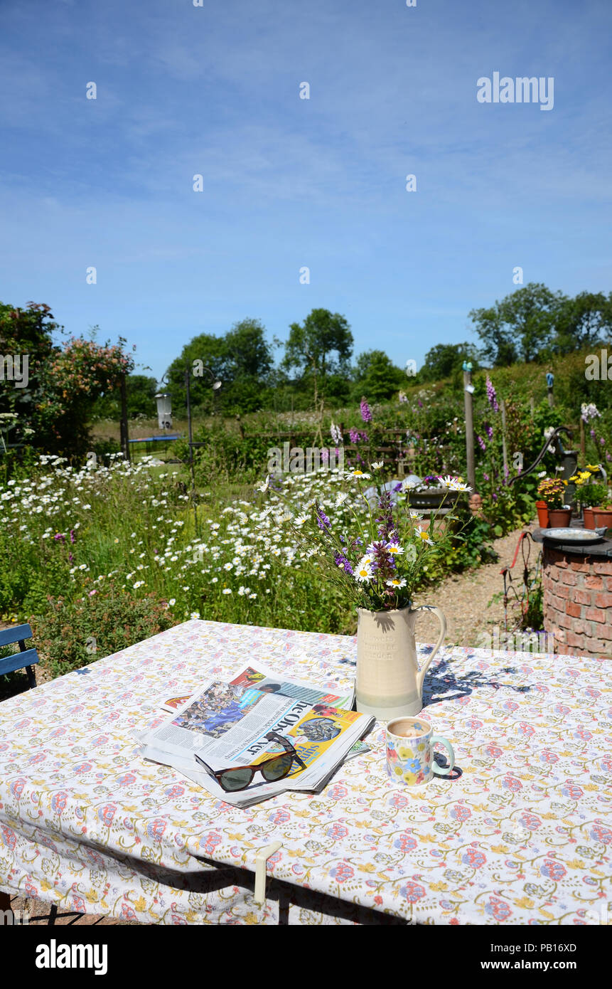 Kaffee Oder Tee Pause An Einem Sonnigen Garten Hinter Dem Tisch Mit