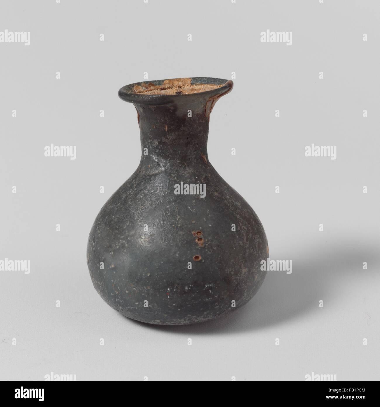 Glas Parfüm Flasche. Kultur: Roman. Abmessungen: 1 1/16 x 13/16 in. (2,7 × 2,1 cm) Durchm. Von rim: 1/2 in. (1,3 cm). Datum: 2.-3.Jh. N.CHR.. Miniatur parfum Flasche durchscheinend bleiches Licht blau. Rim ausgeklappt, über, und in; abfackeln Mund; kurz, trichterförmige Hals bauchigen Körper; der abgeflachte unten. Intakt; pinprick Blasen und blasen Streifen; Mattierung, Lochfraß und Patches irisierender Verwitterung. Museum: Metropolitan Museum of Art, New York, USA. Stockfoto