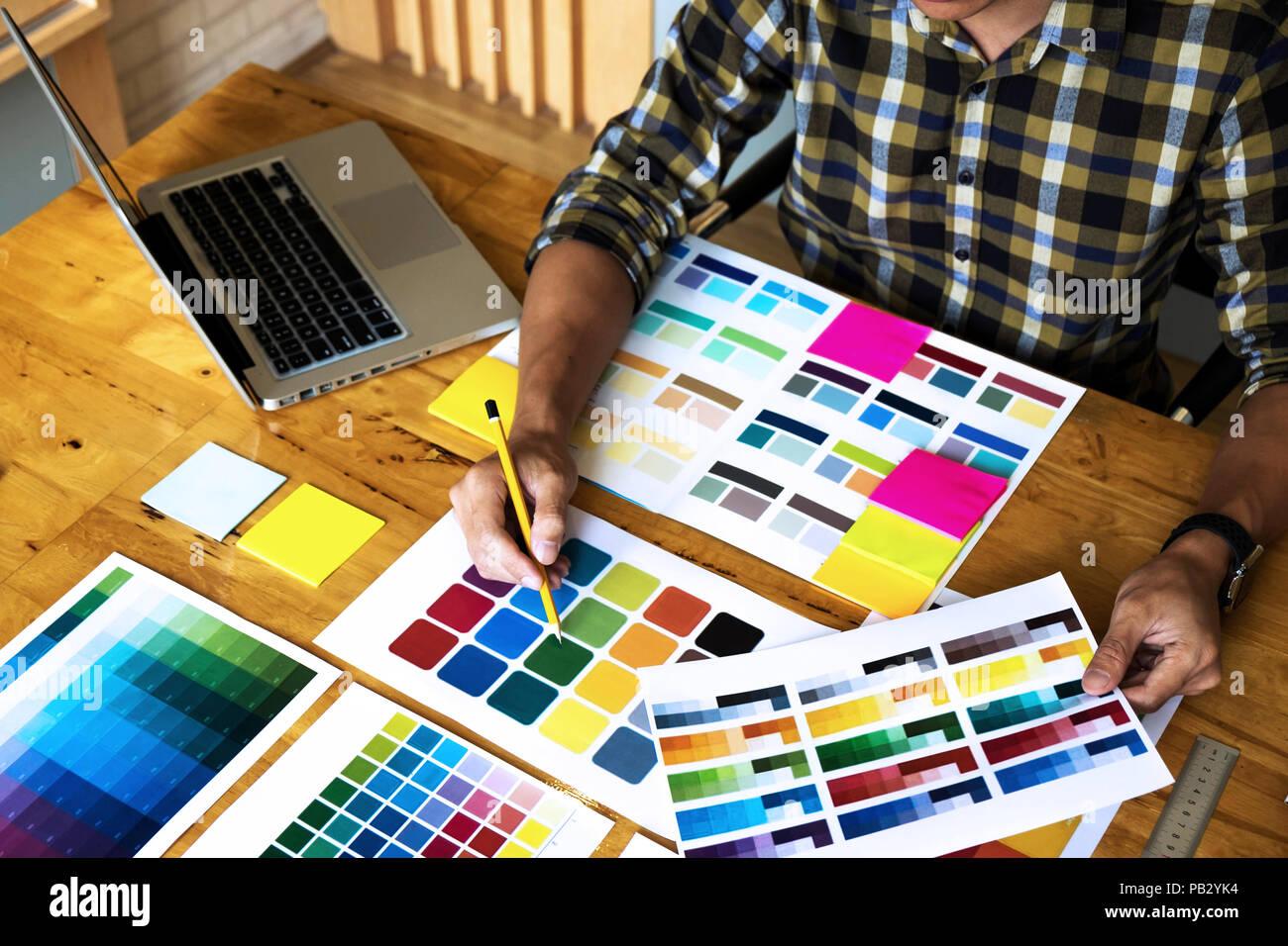 Grafik Designer wählen Sie Farben aus der Farbkarte Bands proben für Design. Designer grafische Kreativität arbeit Konzept. Stockbild