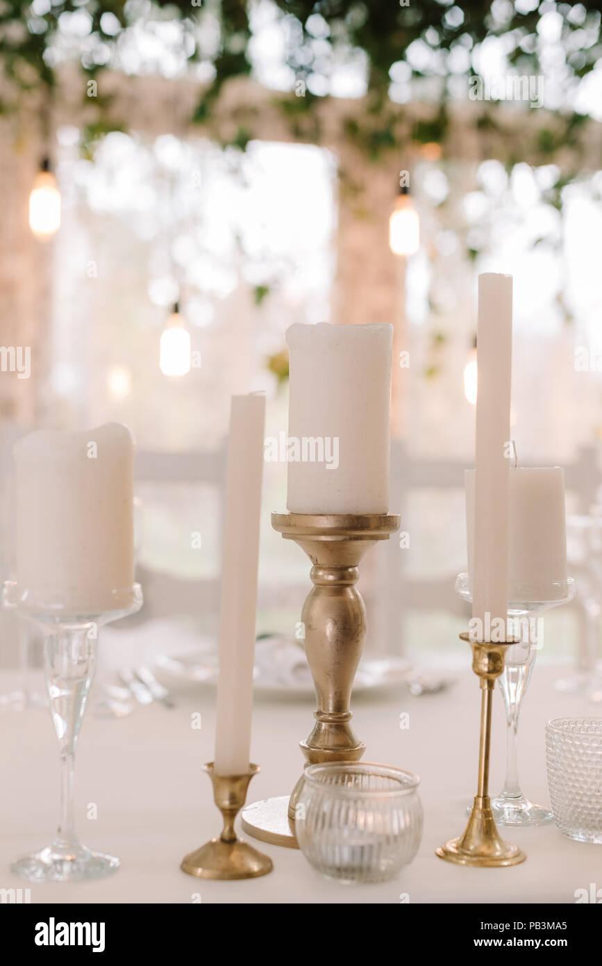Weisse Kerzen Auf Einem Hochzeitstisch Sanfte Und Stilvolle Details