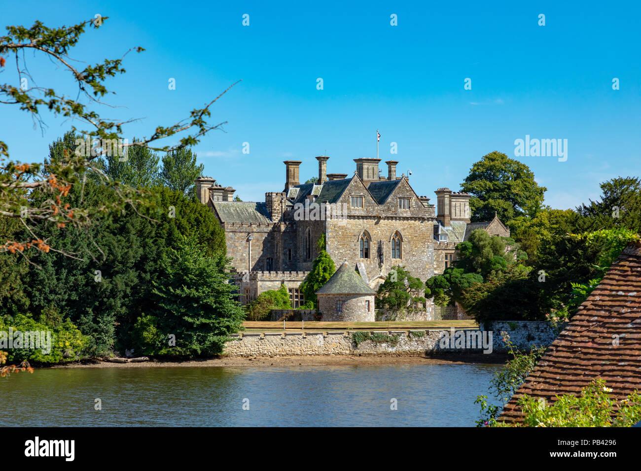 Beaulieu Hampshire England Juli 23, 2018 Die Palace House, über die Beaulieu River gesehen Stockbild