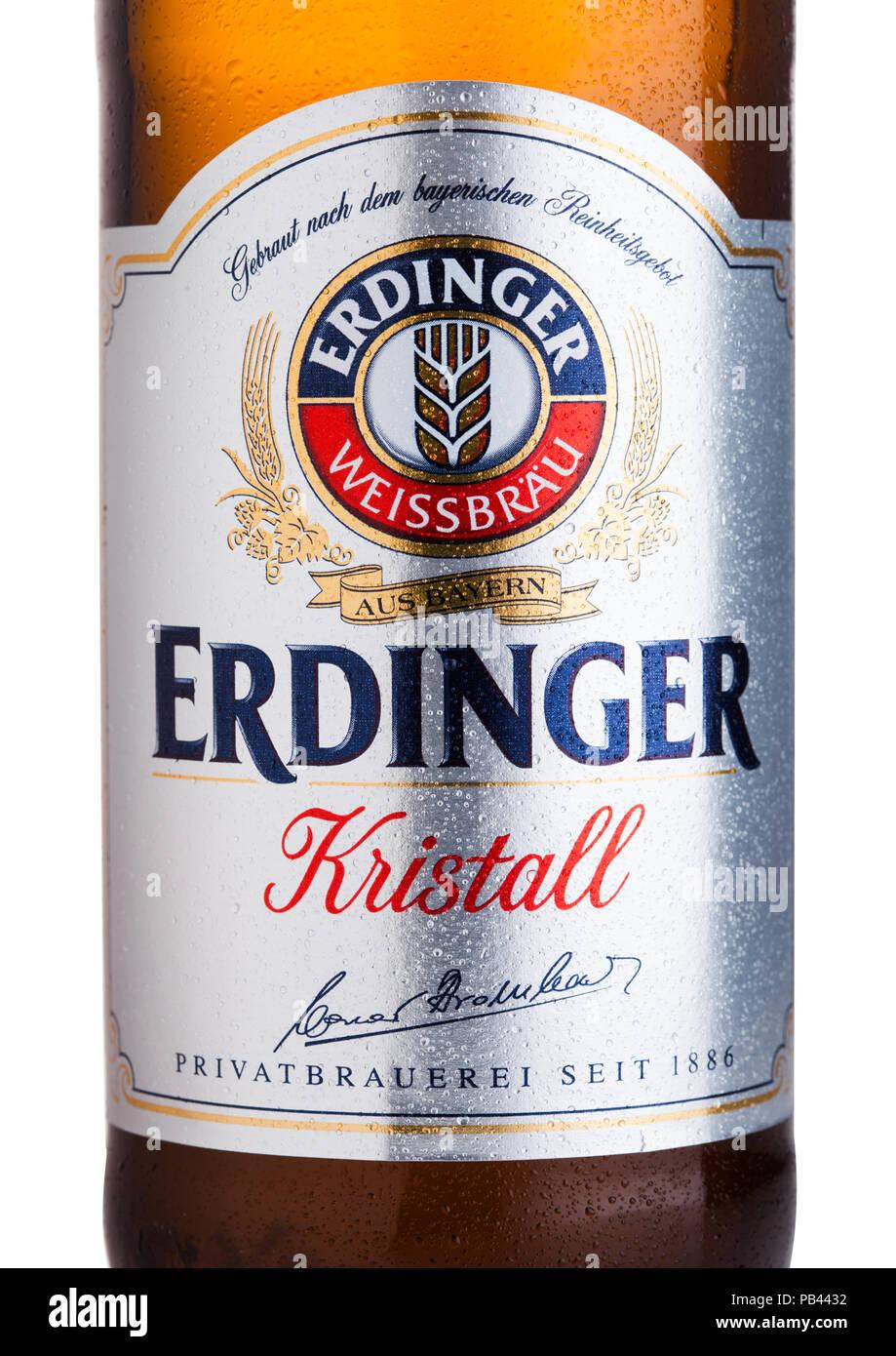 LONDON, UK, 28. JULI 2018: Etikett des Erdinger Kristall Bier auf einem weißen Hintergrund. Erdinger ist das Produkt der weltweit größten Weizen Bier bre Stockbild