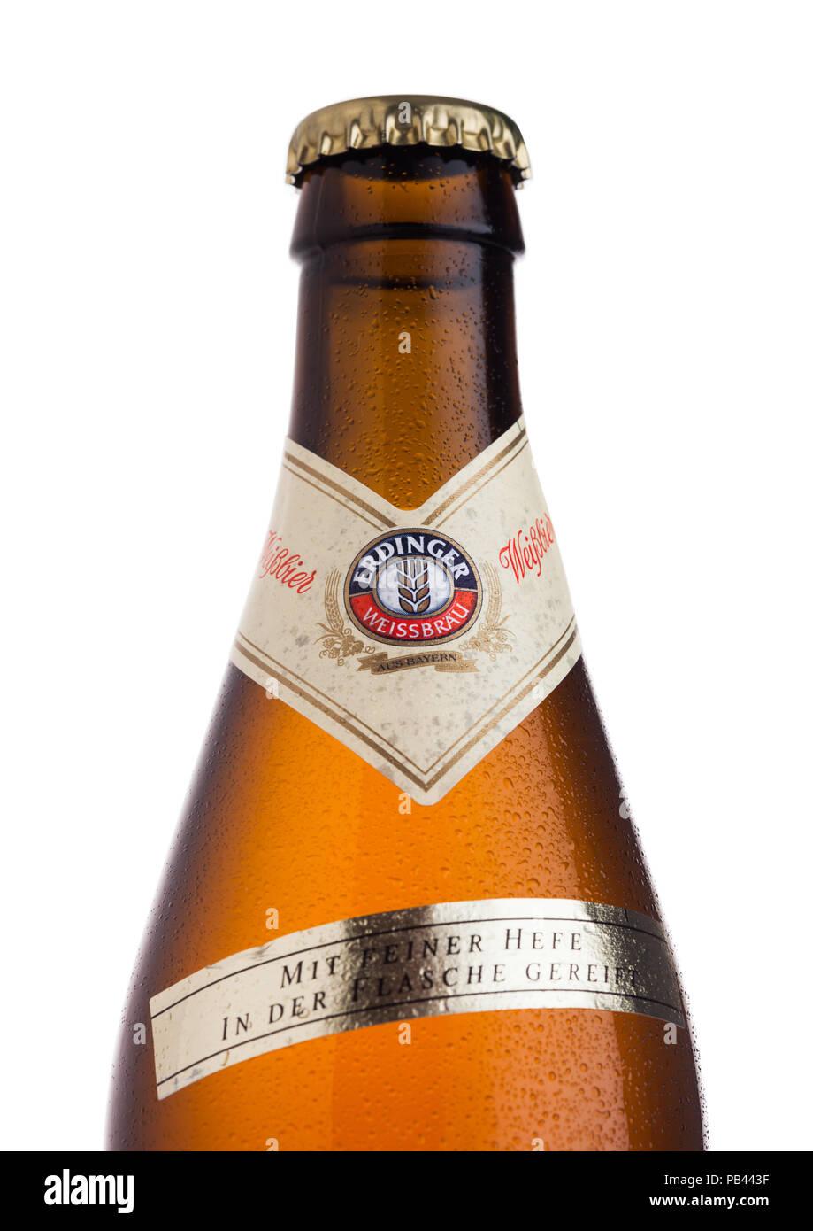LONDON, UK, 28. JULI 2018: Flasche Erdinger Weißbier auf weißem Hintergrund. Erdinger ist das Produkt der weltweit größten Weißbierbrauerei. Stockbild