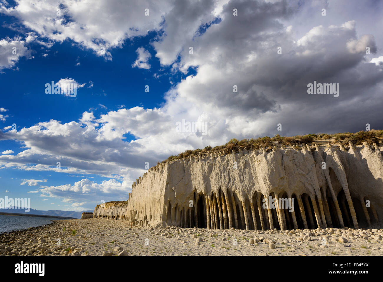 Feine Bögen und tiefen Höhlen durch Jahre der Wind und die Wellen schlagen die Ostseite von Crowley Lake entlang 395 in der Nähe von Mammoth Lakes, California gebildet. Lowe Stockfoto