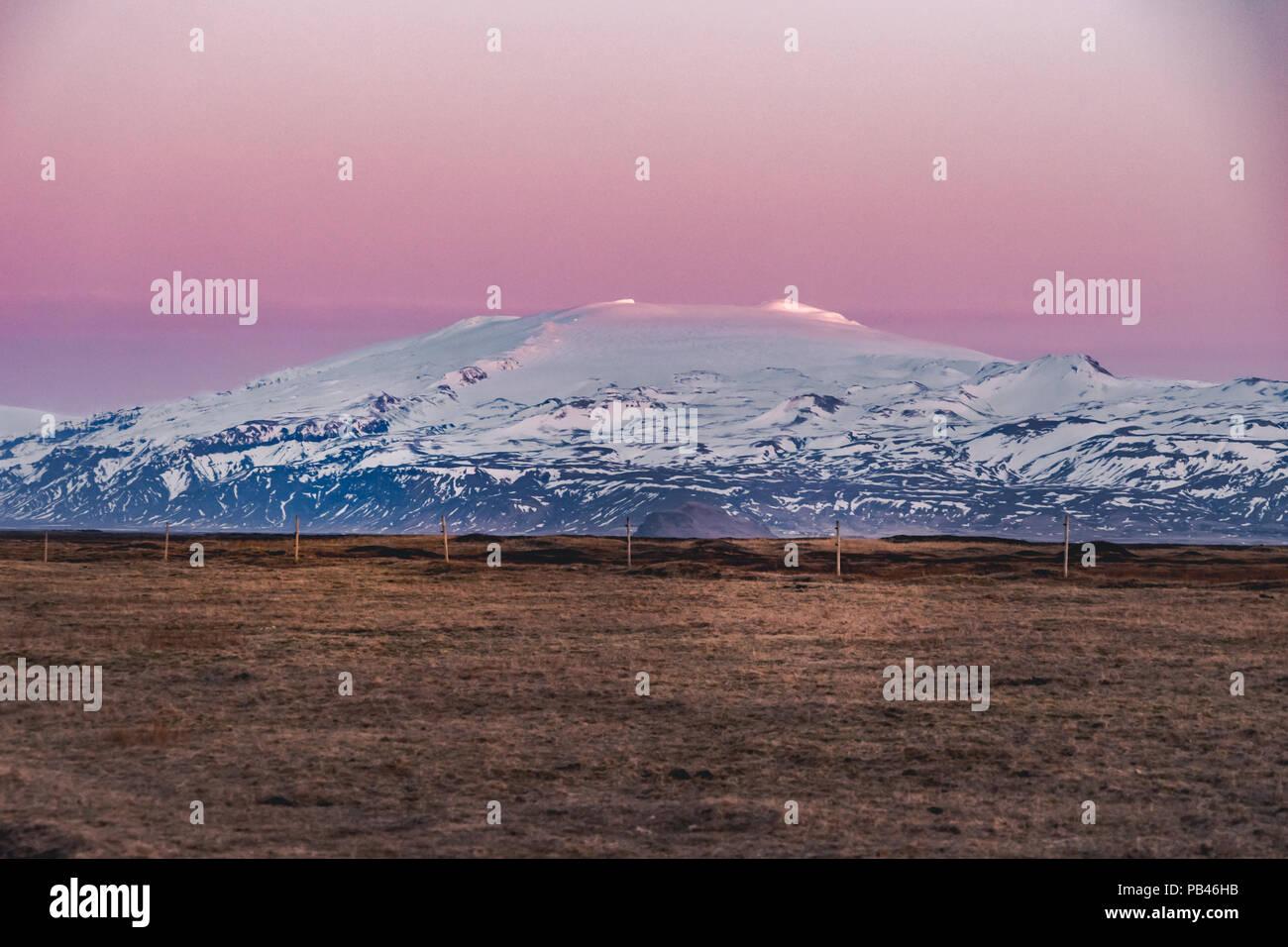Straße Autobahn Ringstraße Nr. 1 in Island, mit Blick auf die Berge. Südliche Seite des Landes. Stockfoto