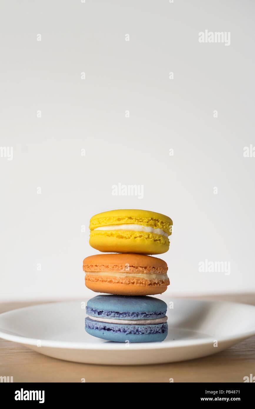 Dreifarbige Macaron Stapel auf einem Teller - Französisch behandeln Stockbild