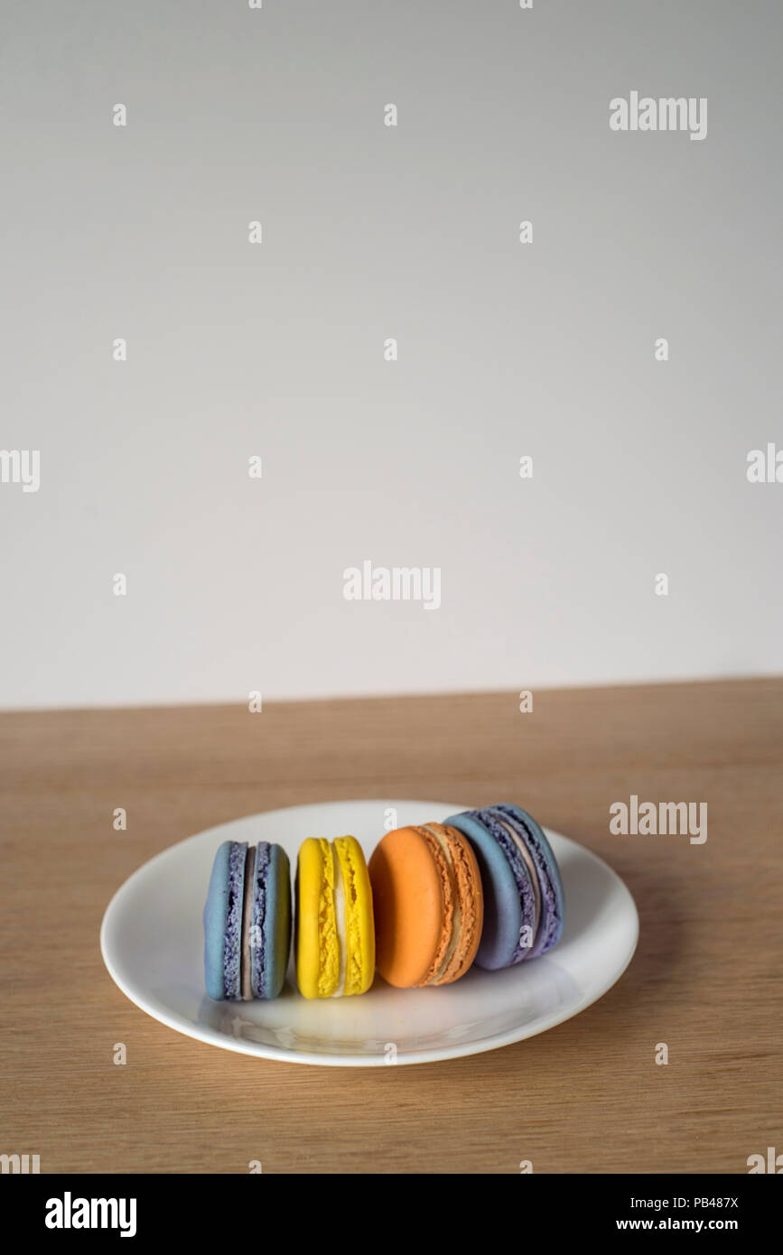 Bunte Macarons steht auf einer Platte Stockbild