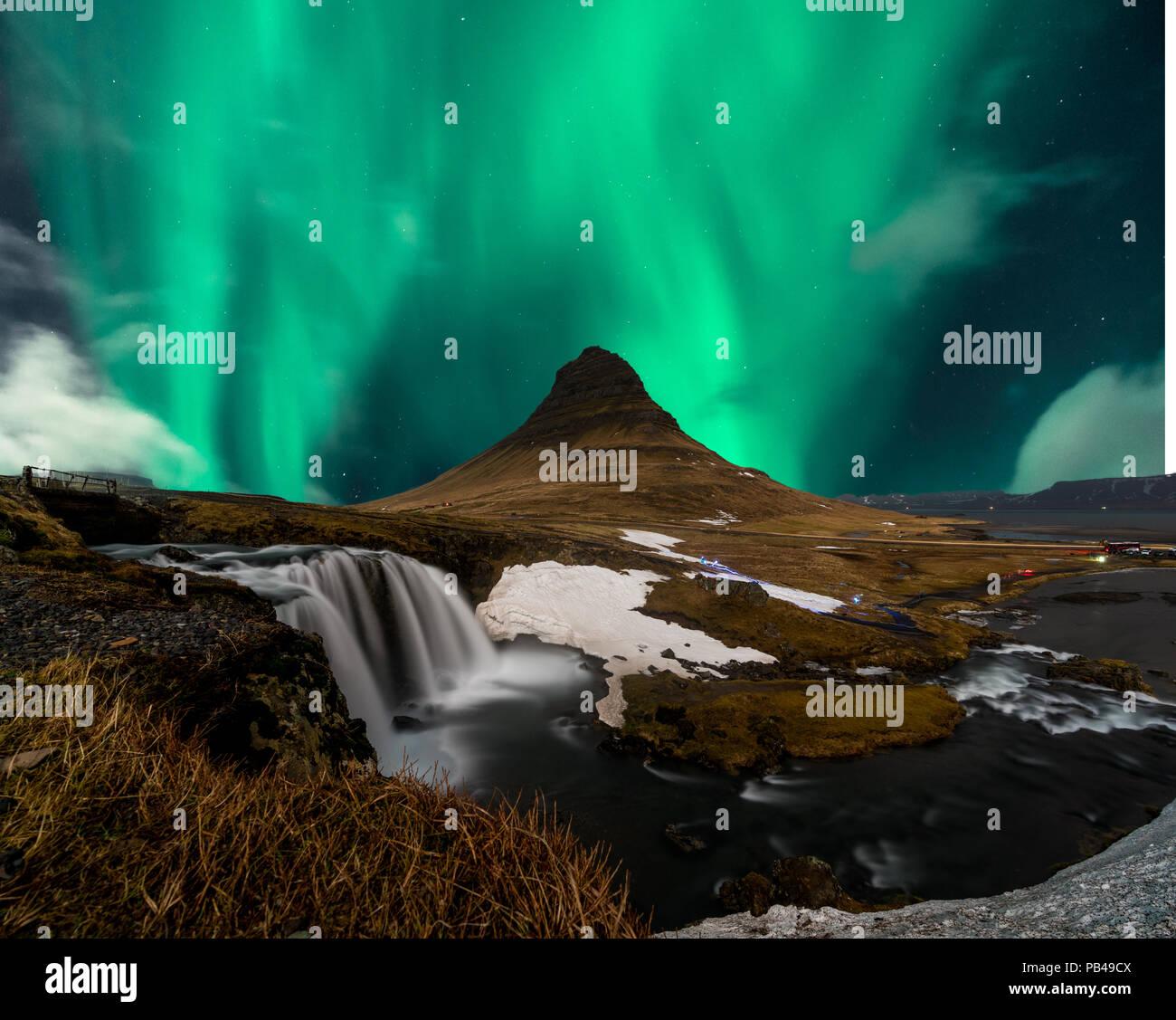 Nordlichter aurora borealis über Mount Kirkjufell in Island erscheinen. Stockbild