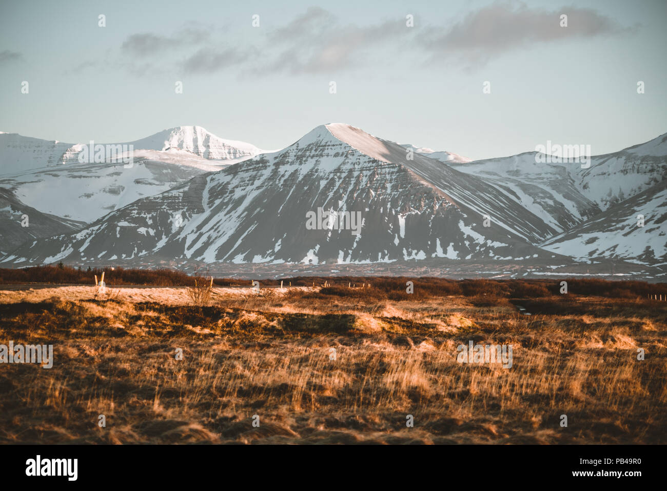 Straße Autobahn Ringstraße Nr. 1 in Island, mit Blick auf die Berge. Südliche Seite des Landes. Stockbild