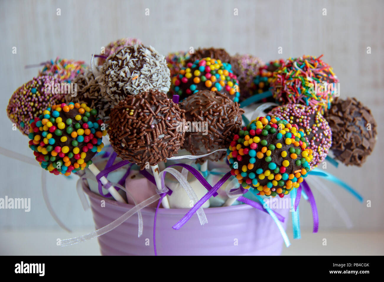 Farbige Susse Kuchen Sussigkeiten Knallt Schokoriegel Und Popcakes