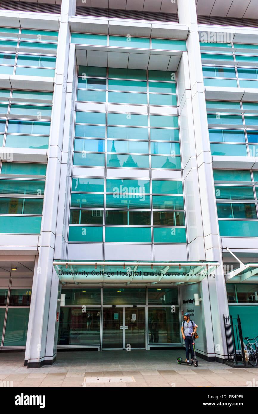 Mann mit einem Kind Roller außerhalb der Elizabeth Garrett Anderson Flügel des University College Hospital, London, UK warten Stockbild
