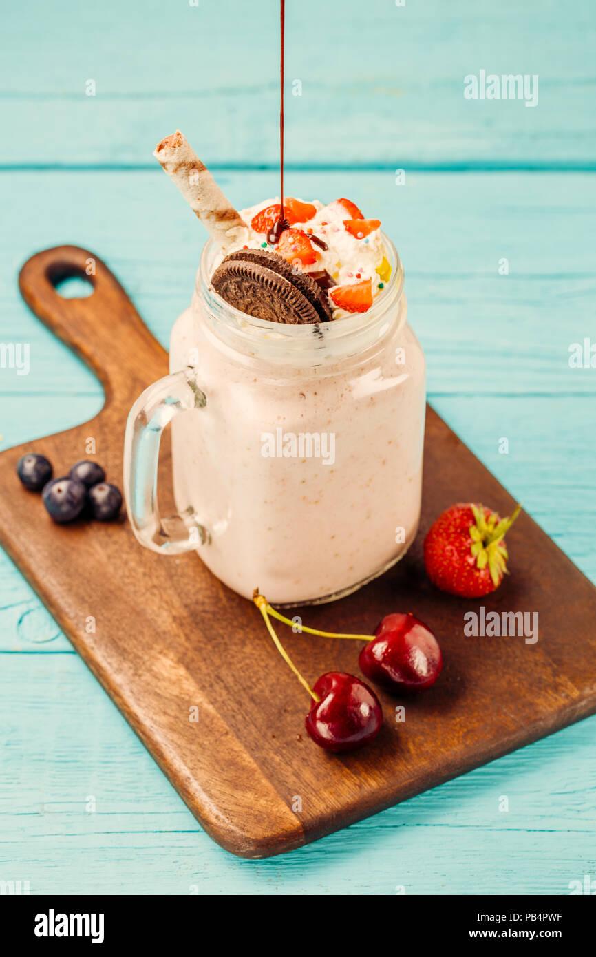 Frische Erdbeer Milchshake und Beeren besprüht Schokolade Stockbild