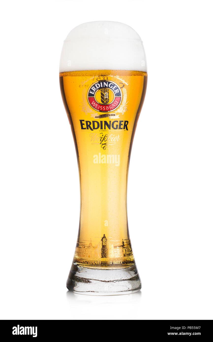 LONDON, Großbritannien - 28 Juli, 2018: Original Glas Erdinger Bier auf weißem Hintergrund. Erdinger ist das Produkt der weltweit größten Weißbierbrauerei. Stockbild