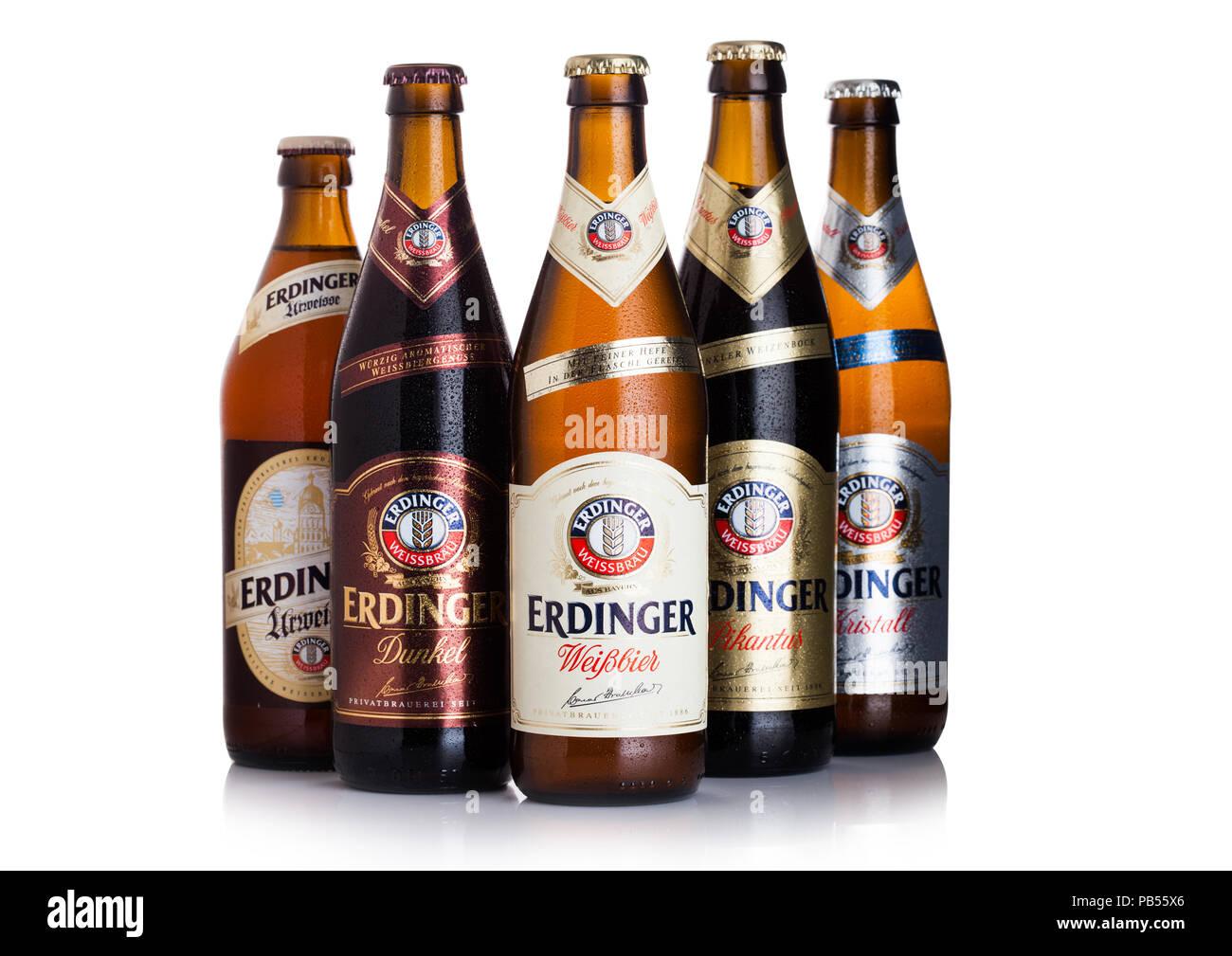 LONDON, UK, 28. JULI 2018: Flaschen Erdinger Bier auf weißem Hintergrund. Erdinger ist das Produkt der weltweit größten Weißbierbrauerei. Stockbild