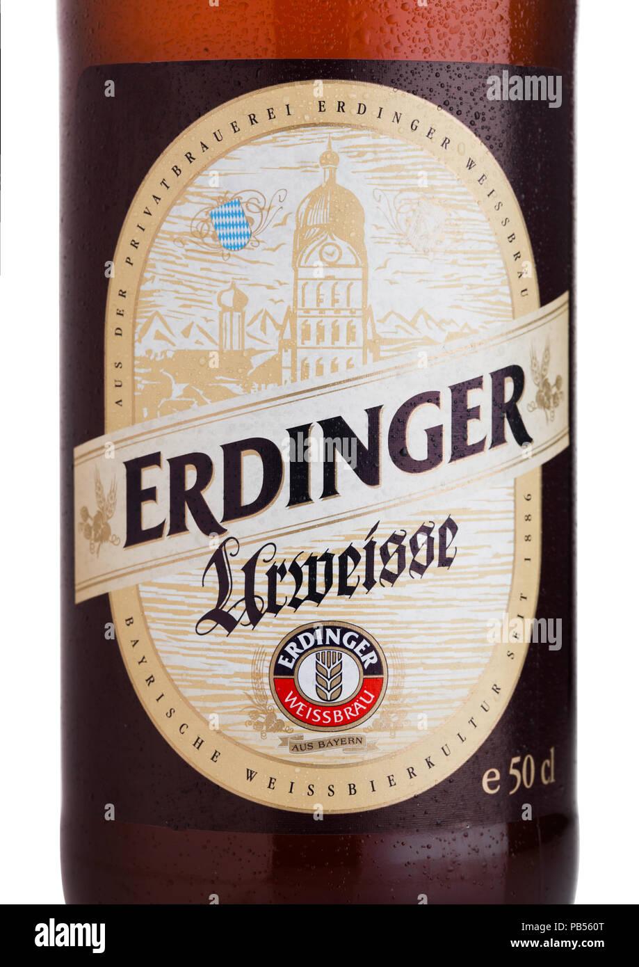 LONDON, UK, 28. JULI 2018: Etikett des Erdinger Urweisse Bier auf einem weißen Hintergrund. Erdinger ist das Produkt der weltweit größten Weizen Bier bre Stockbild