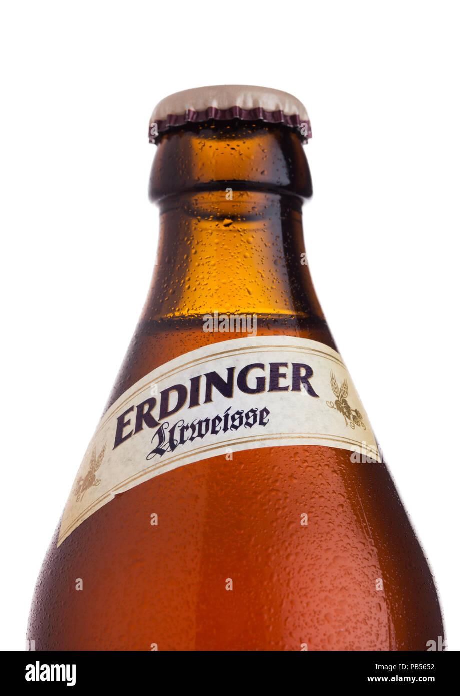 LONDON, UK, 28. JULI 2018: Flasche Erdinger Urweisse Bier auf einem weißen Hintergrund. Erdinger ist das Produkt der weltweit größten Weißbierbrauerei. Stockbild