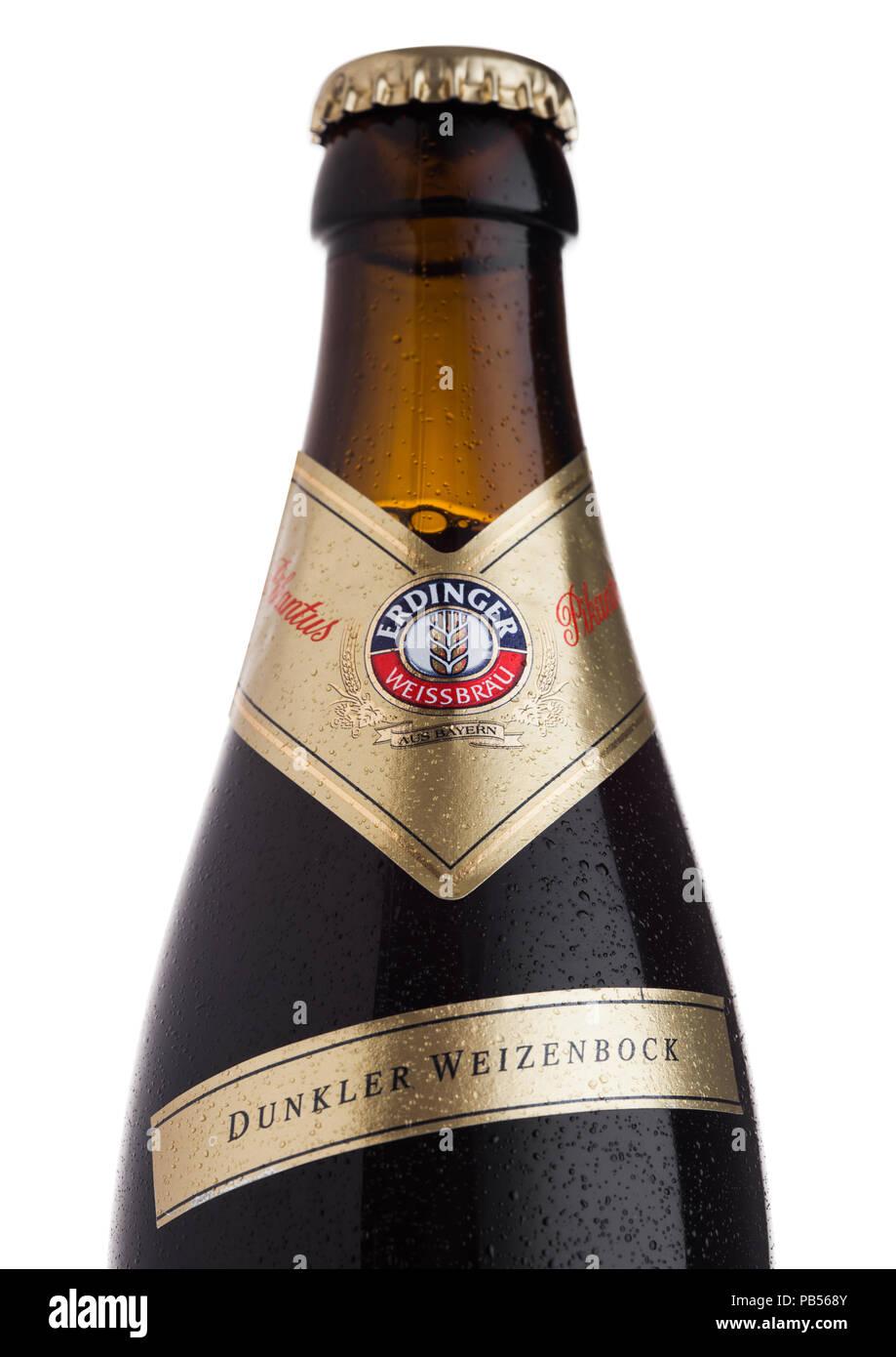 LONDON, UK, 28. JULI 2018: Flasche Erdinger Pikantus Bier auf einem weißen Hintergrund. Erdinger ist das Produkt der weltweit größten Weißbierbrauerei. Stockbild