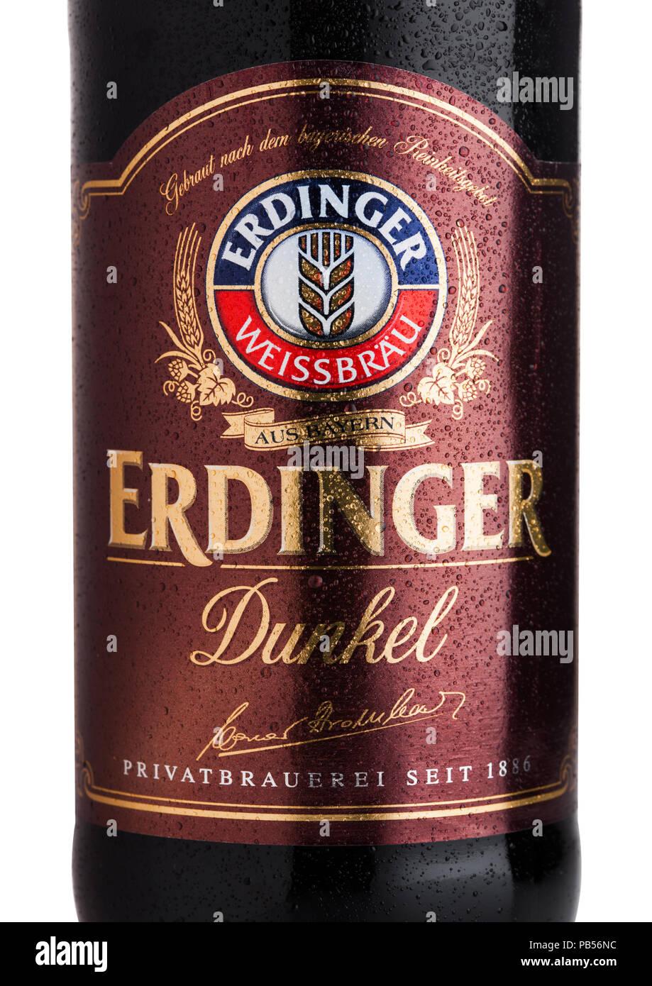 LONDON, UK, 28. JULI 2018: Etikett des Erdinger Dunkel Bier auf einem weißen Hintergrund. Erdinger ist das Produkt der weltweit größten Weizen Bier brewe Stockbild
