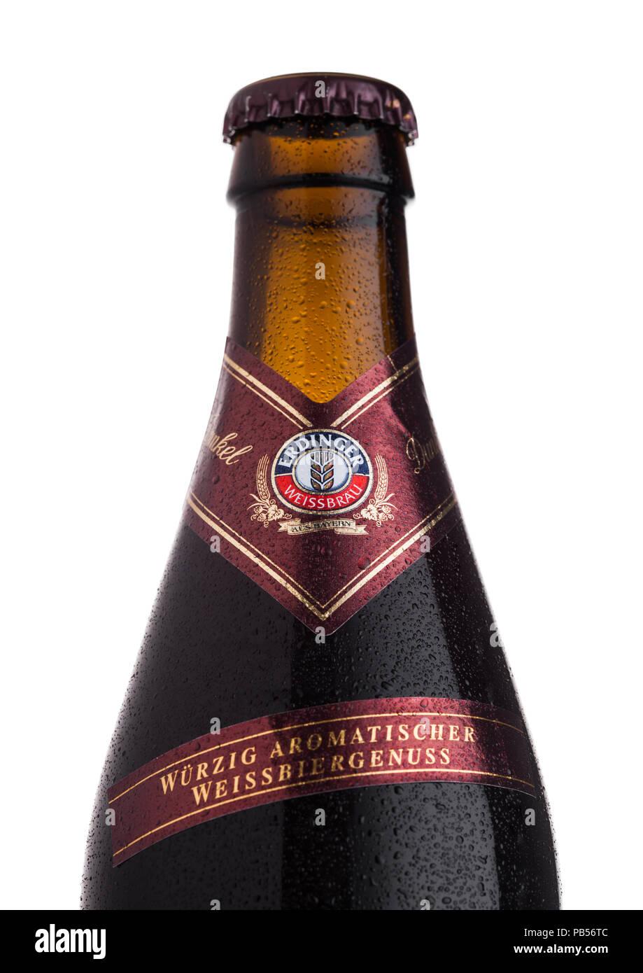 LONDON, UK, 28. JULI 2018: Flasche Erdinger Dunkel Bier auf einem weißen Hintergrund. Erdinger ist das Produkt der weltweit größten Weißbierbrauerei. Stockbild