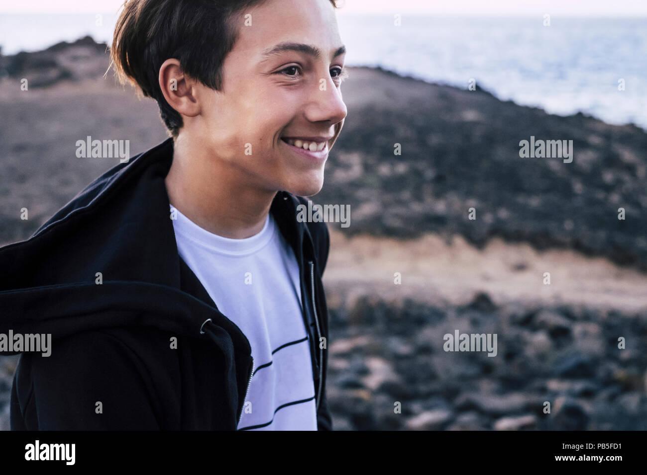 Blond und schön Teenager 14 Jahre alt mit Sunflare und Sonnenuntergang im Hintergrund in Teneriffa Kanarische Inseln. junge Modell genießen Sie die Freiheit und Th Stockbild